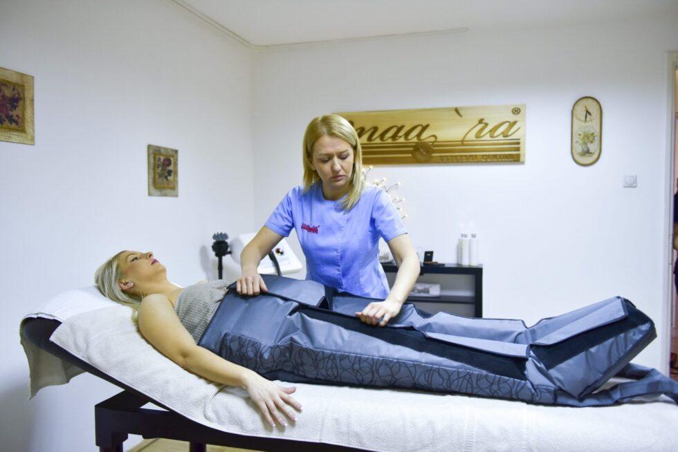 uključivanje pacijentkinje u aparat za limfnu drenažu, terapeut namešta odelo za limfnu drenažu, limfna drenaža u estetskom centru Maara