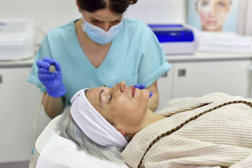 hydrafacial tretman za lice, vrat i dekolte, pacijent na hydrafacial tretmanu, doktorka i pacijent, tokom trajanja hydrafacial tretmana
