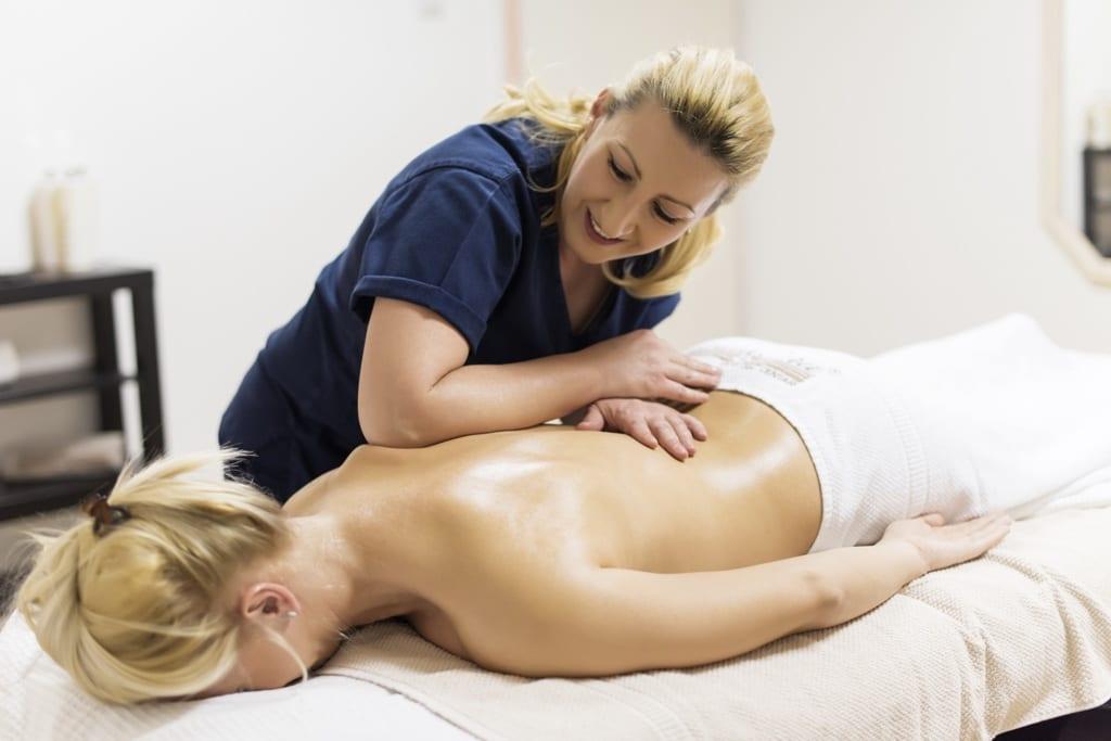 klasična masaža, relax masaža, masaža u estetskom centru Maara, plava mlada devojka na masaži, terapeut radi masažu ledja
