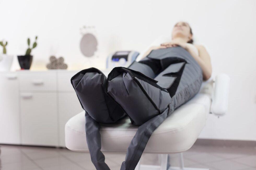devojka na limfnoj drenaži u estetskom centru maara, odelo za limfnu drenažu, presoterapija