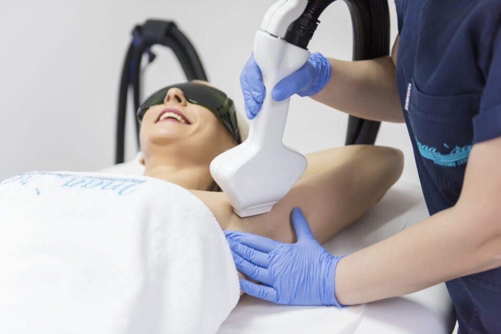 tretman epilacije pazuha u estetskom centru Maara, doktorka radi lasersku epilaciju pazuha u estetskom centru Maara