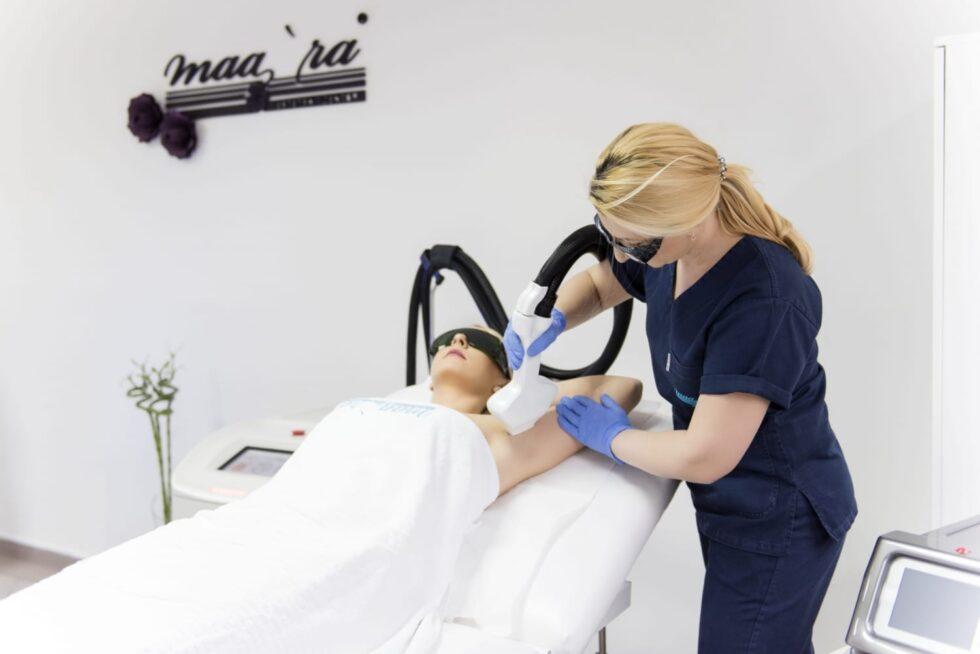 tretman laserske epilacije, u estetskom centru Maara, doktorka radi lsersku epiaciju pazuha u estetskom centru Maara