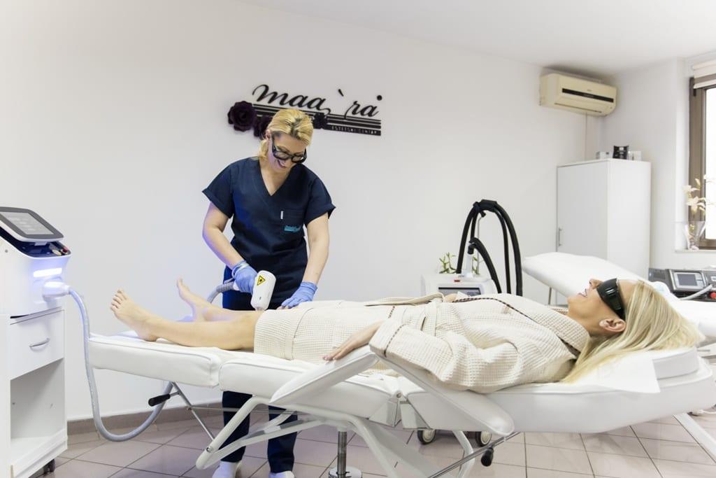 laserska epilacija nogu u estetskom centru Maara, doktorka radi lasersku epilaciju nogu, devojci se radi laserska epilacija nogu diodnim laserom, soba za lasersku epilaciju, DiodeIce laser